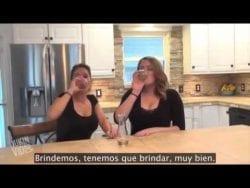 Estas dos mujeres beben vino con helio infundido.