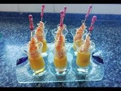 Pinchos de langostinos crujientes acompañados con salsa de mango
