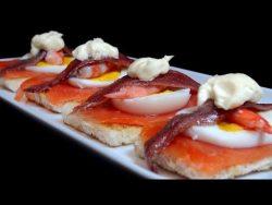 (17) Pintxo de salmón y anchoa. Recetas de pintxos – YouTube